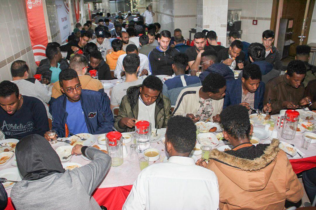 Dünyanın farklı yerlerinden İstanbul'a eğitim amacıyla gelen öğrenciler için WEFA Uluslararası İnsani Yardım Organizasyonu iftar programı organize etti.