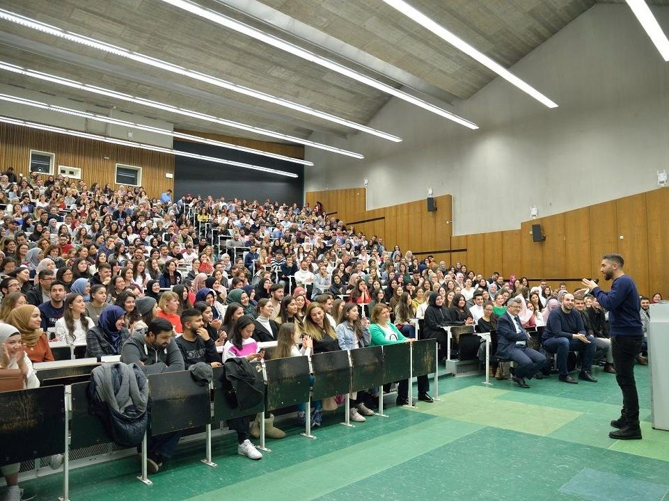 Kısa adı USap olan US Akademisyenler Platformu'nun, WEFA'nın desteğiyle Köln Üniversitesinde düzenlediği iftar programına 1000 kişi katıldı.