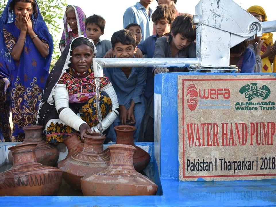 Almanya'nın Köln şehrinde çalışan Türkiye kökenli taksiciler anlamlı bir yardım çalışmasına imza attılar. Taksiciler kendi aralarında başlattıkları yardım kampanyasıyla WEFA Uluslararası İnsani Yardım Organizasyonu aracılığıyla geçen sene Pakistan'da su kuyusu açtırdılar. Bu sene Kamboçya'da da su kuyusu açtırmak isteyen taksiciler su kuyusu bağışını WEFA'ya ulaştırdılar.