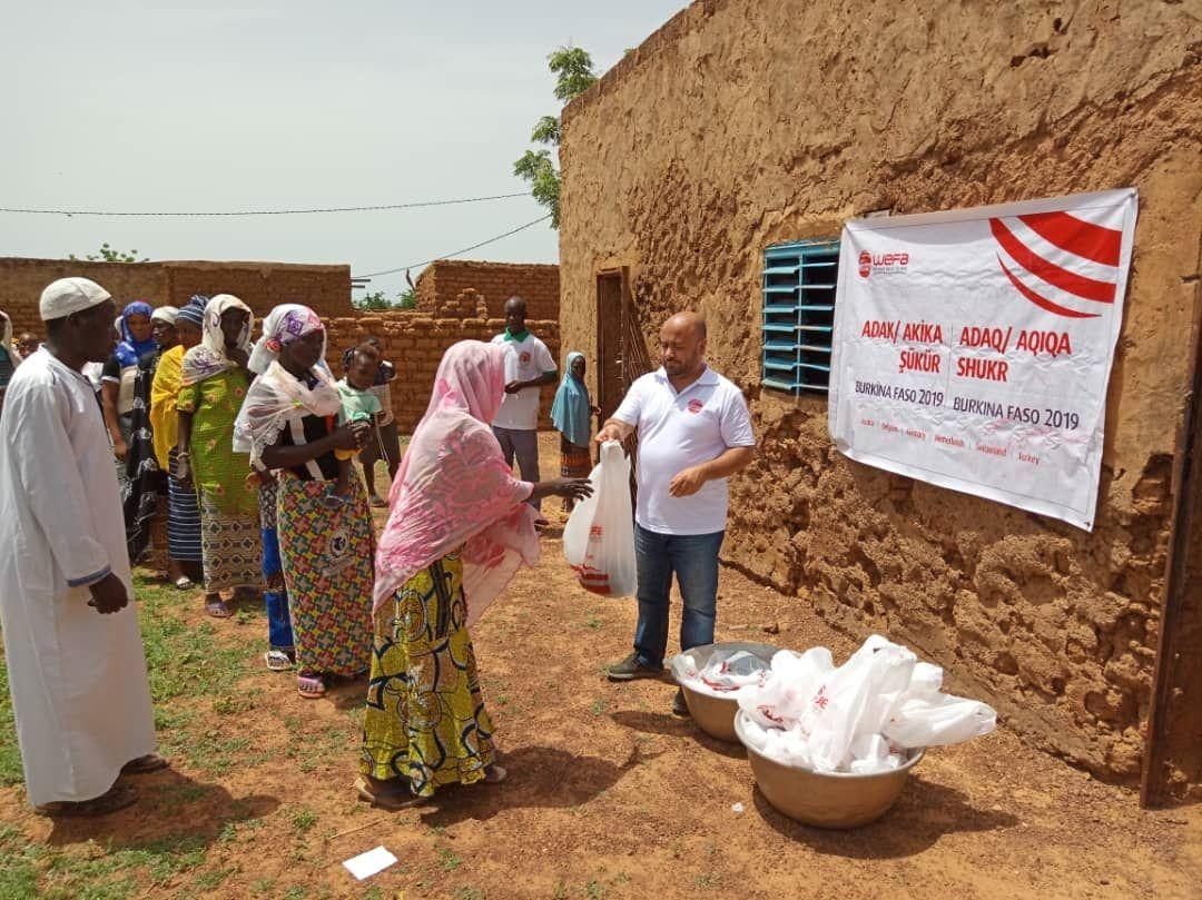 Adak, akika ve şükür kurbanlarını eylül ayında Benin ve Burkina Faso'da kesen WEFA Uluslararası İnsani Yardım Organizasyonu ihtiyaç sahiplerinin yüzünü güldürmeye devam ediyor.