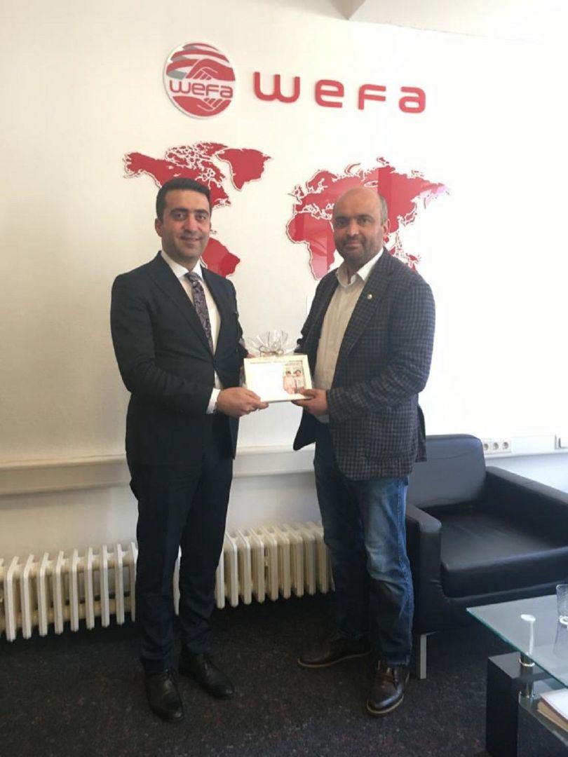 AK Parti İstanbul Milletvekili Zafer Sırakaya, Yurtdışı Türkler ve Akraba Topluluklar Başkanlığı (YTB) Başkan Yardımcısı Abdulhadi Turus ve beraberindeki heyet WEFA Uluslararası İnsani Yardım Organizasyonu'nun Köln'deki Genel Merkezi'ni ziyaret ettiler.