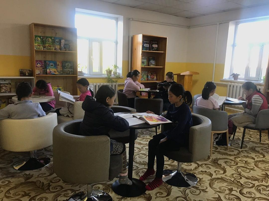 """""""Kitapla Aydınlık Gelecek""""sloganıyla başlattığı """"Kütüphane Projesi""""ni ilk olarak Moğolistan'da hayata geçiren WEFA Uluslararası İnsani Yardım Organizasyonu Bayan Ölgii şehrindeki yetimhanede kalan yetimler için kütüphane inşa etti."""