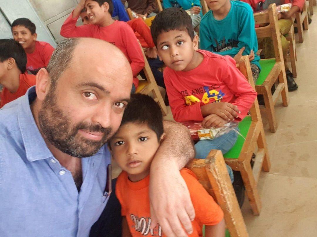 WEFA Uluslararası İnsani Yardım Organizasyonu tarafından Pakistan yetimhane ziyareti esnasında paylaşılan bir fotoğraf karesi Türkiyeli iş adamını harekete geçirdi. Fotoğrafta gördüğü yetimin göz ameliyatını üstlenen hayırsever, çocuğun hayatını değiştirdi.