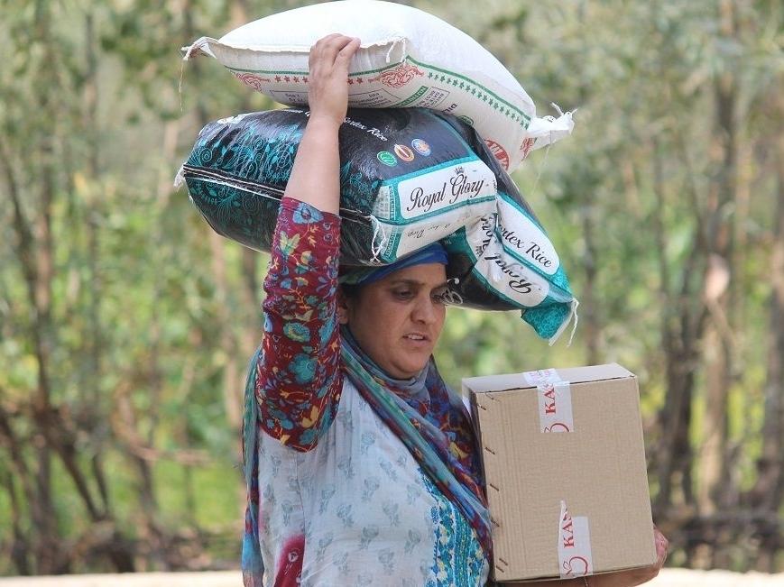 """Hindistan'ın kontrolündeki Cammu Keşmir'deki ihtiyaç sahiplerini yalnız bırakmayan WEFA, başlattığı """"Acil Yardım"""" kampanyası kapsamında 35 aileye gıda yardımı ulaştırırken, ihtiyaç sahibi hastalara da tıbbi malzeme yardımı yaptı. Kampanya kapsamında aynı zamanda bebekler için de mama yardımında bulunuldu."""