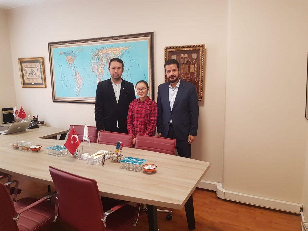 """""""Yetim Sponsorluğu"""" sistemiyle WEFA Uluslararası İnsani Yardım Organizasyonu tarafından destek verilen Moğolistanlı yetim İstanbul'da bir imam-hatip lisesini burslu olarak kazandı. Moğolistanlı Amina teşekkür amacıyla WEFA'nın İstanbul'daki ofisini ziyaret etti."""