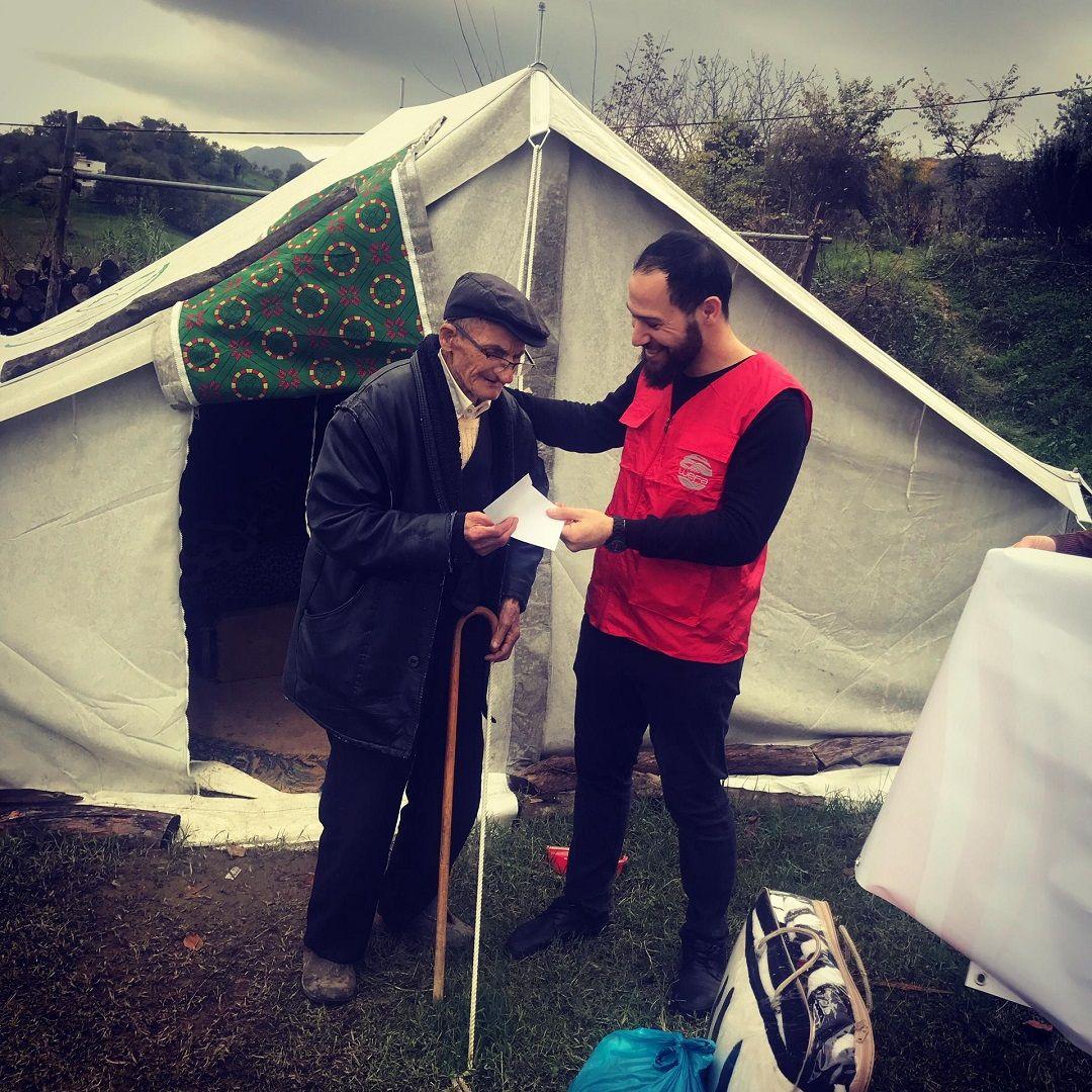 """""""Acil Yardımlar"""" kapsamında 2 Aralık'ta Arnavutluk'a giden WEFA ekibi depremzedelere yardım ulaştırdı. İlk olarak 300 battaniye ve 150 gıda paketi yardımı yapıldı. Durres , Kavaja ve Kraja'da gerçekleştirilen yardım çalışmalarından 150 aile faydalandı."""