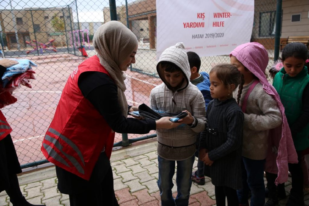 Hatay'ın Reyhanlı ilçesinde kurulan Reyhanlı Eğitim Köyü'ndeki Suriyeli savaş mağduru yetim ve öksüz çocuklarla bir araya gelen WEFA Uluslararası İnsani Yardım Organizasyonu çocuklara kışlık üniforma yardımında bulundu.