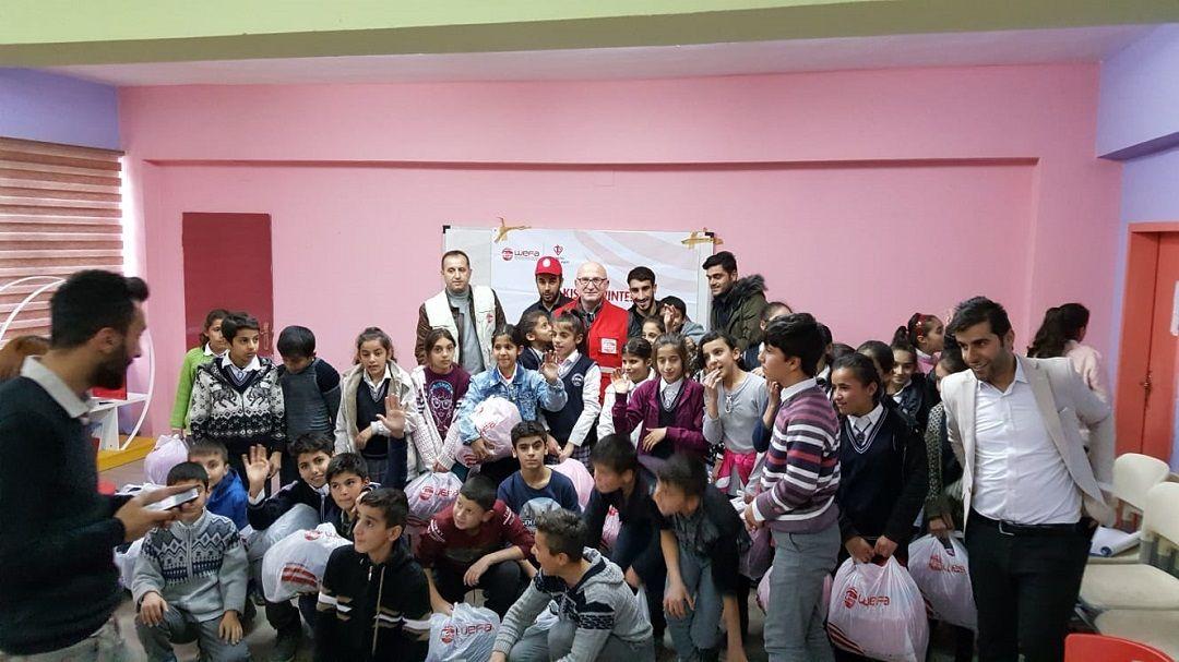 Kış yardımları kapsamında her yıl Türkiye'deki yoksul öğrencilere yardım eli uzatan WEFA Uluslararası İnsani Yardım Organizasyonu 2019/20 kış yardımlarına Hakkari'den start verdi.