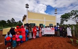 Afrika'ya yaptığı kalıcı eserlerle insanların hayatlarını güzelleştiren WEFA Uluslararası İnsani Yardım Organizasyonu Kenya'da cami, medrese ve çocuk oyun parkı açılışı gerçekleştirdi. Projeye büyük destek veren WEFA Gönüllüsü Hatice Şahin'de açılışa katıldı.