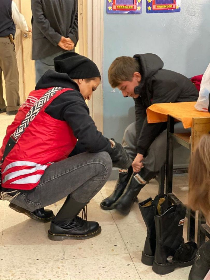 Türkiye'deki kış yardımlarına aralıksız devam eden WEFA Uluslararası İnsani Yardım Organizasyonu Bitlis'teki 931 öğrenciye mont, bot, atkı, bere ve eldiven hediye etti.