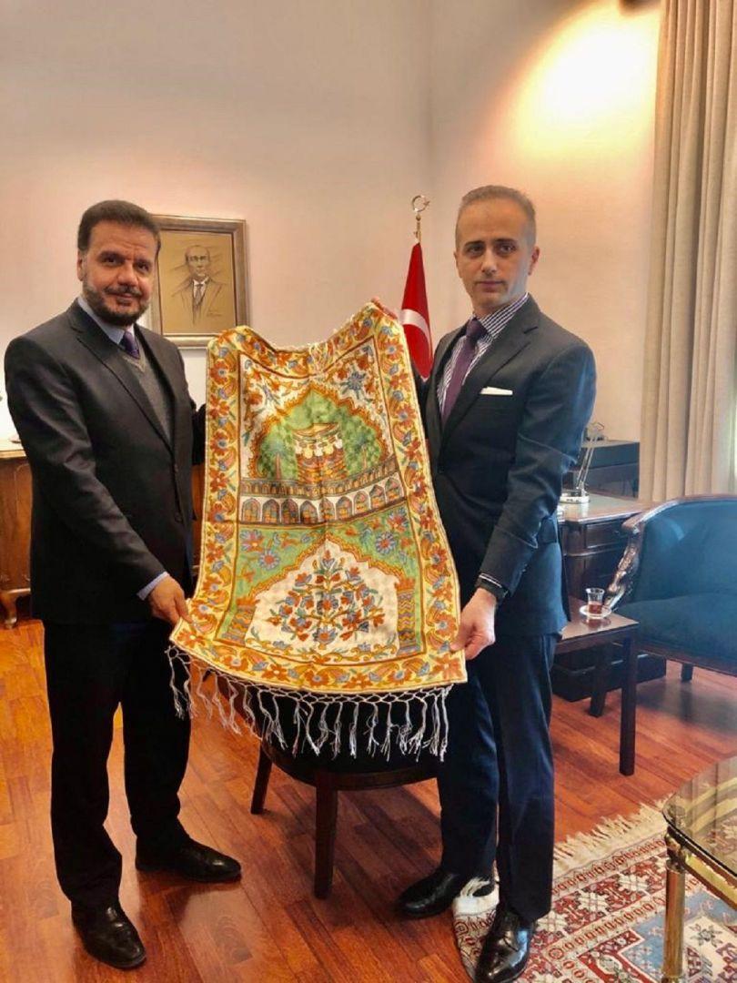 T.C. Köln Başkonsolosu Barış Ceyhun Erciyes'i makamında ziyaret eden WEFA Genel Başkanı Musab Aydın ve beraberindeki heyet Erciyes'e Elazığ'daki yardım çalışmaları hakkında bilgiler aktardı.