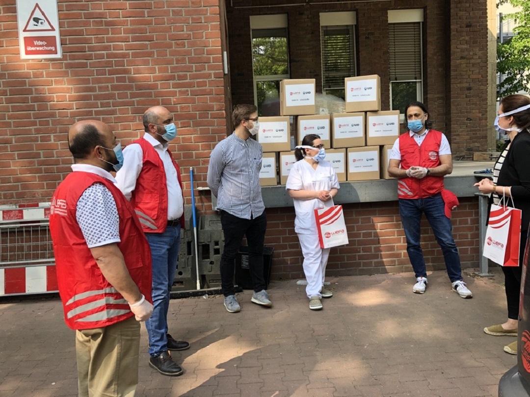 """Koronavirüs nedeniyle WEFA Uluslararası İnsani Yardım Organizasyonu ve UID ortak bir yardım çalışması başlattı. Yardım çalışması kapsamında bugün """"St. Elisabeth Krankenhaus Köln Hohenlind"""" isimli hastaneye 5.000 adet maske verildi."""