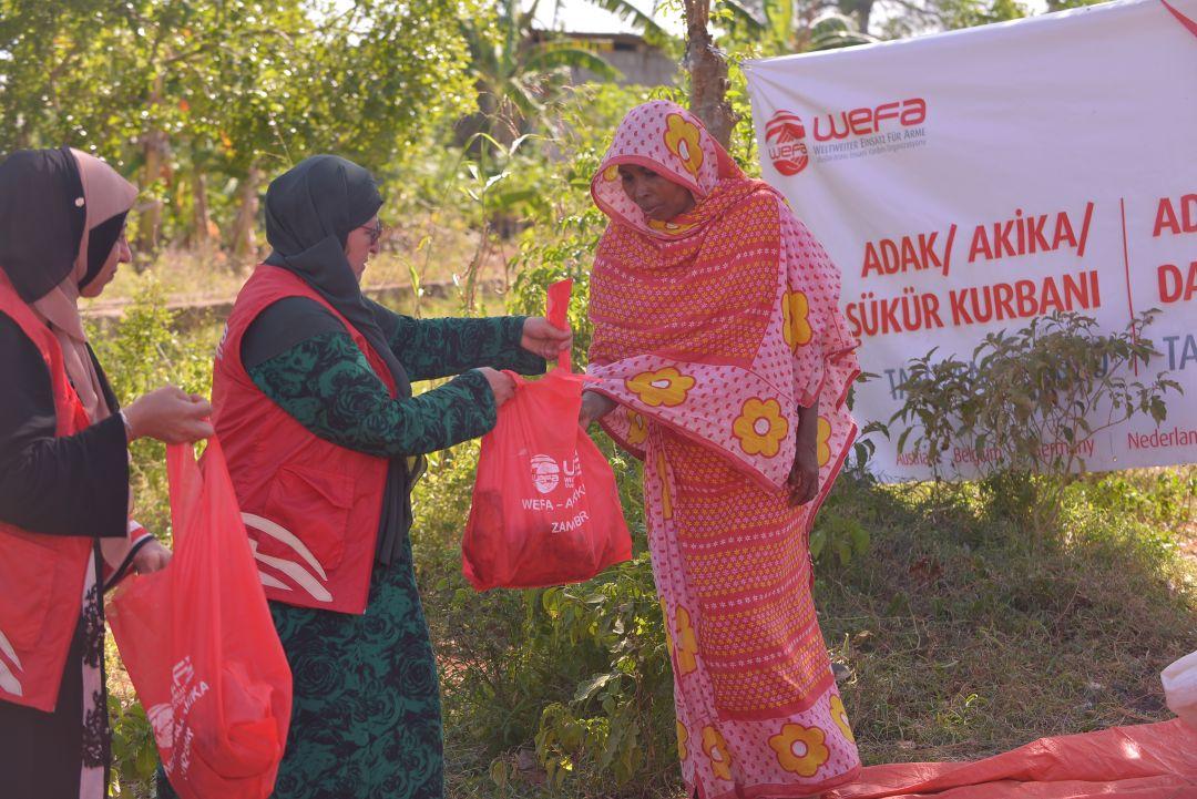 Tanzanya'da yardım çalışmalarını aralıksız sürdüren WEFA ekibi ihtiyaç sahiplerinin yine yüzünü güldürdü.