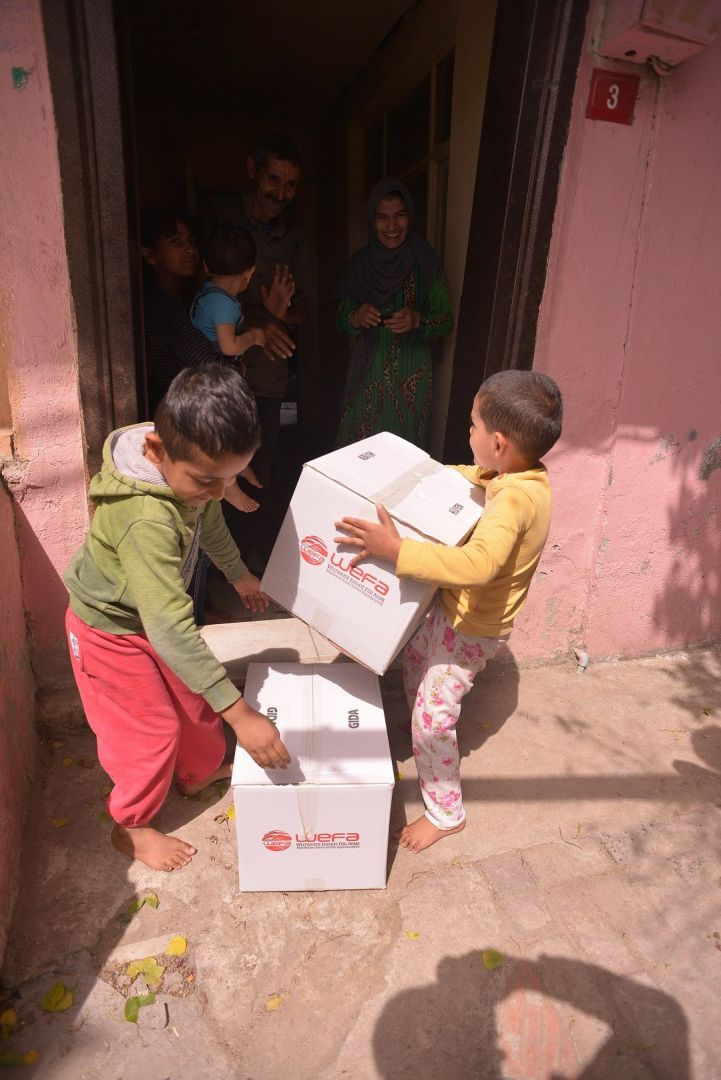 Türkiye'deki Ramazan yardımlarını bu sene Türk Kızılay ile birlikte gerçekleştiren WEFA Uluslararası İnsani Yardım Organizasyonu İstanbul'daki ihtiyaç sahiplerine gıda ve hijyen paketi dağıttı.