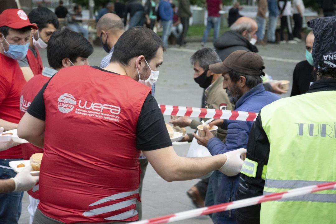 Türkiye'deki Ramazan çalışmalarına aralıksız devam eden WEFA Uluslararası İnsani Yardım Organizasyonu sokakta yaşayan evsiz vatandaşları da unutmayarak 300 kişiye iftar verdi.