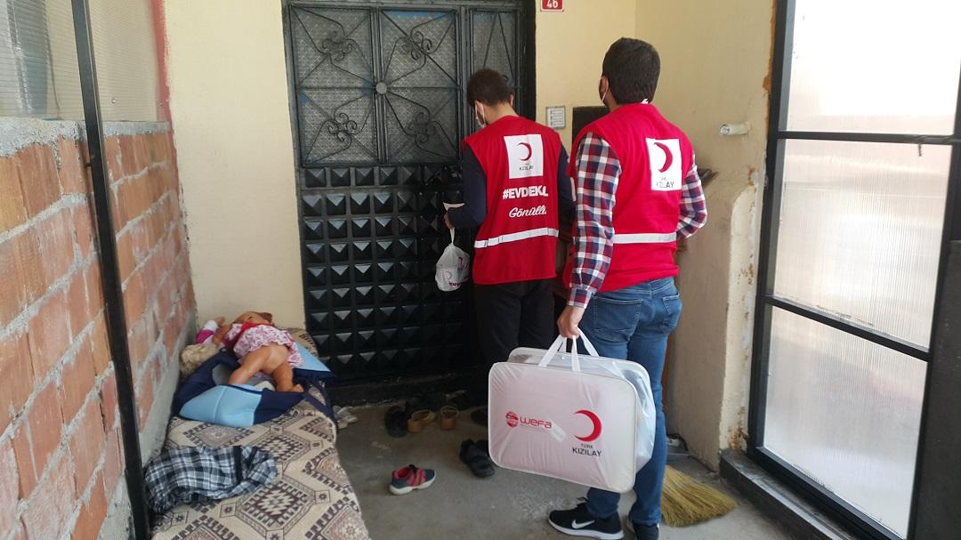 """WEFA Uluslararası İnsani Yardım Organizasyonu ocak ayında hayata geçirdiği """"Sevgi Bohçası"""" projesi çerçevesinde Türkiye'deki ihtiyaç sahibi annelerin ve yeni doğan bebeklerinin acil temel ihtiyaçlarını karşılamaya devam ediyor. Sevgi bohçaları Türk Kızılay Genel Müdürlük ve Şube Başkanlıkları/Temsilcilikleri aracılığıyla muhtaç annelere ulaştırılıyor."""