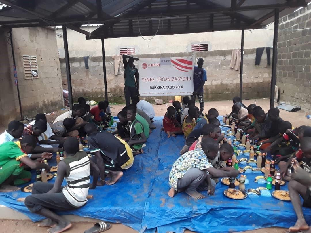 Afrika'da gerçekleştirdiği yardım çalışmalarına devam eden WEFA, Burkina Faso'da evsiz çocuklar için yurt inşa ediyor.