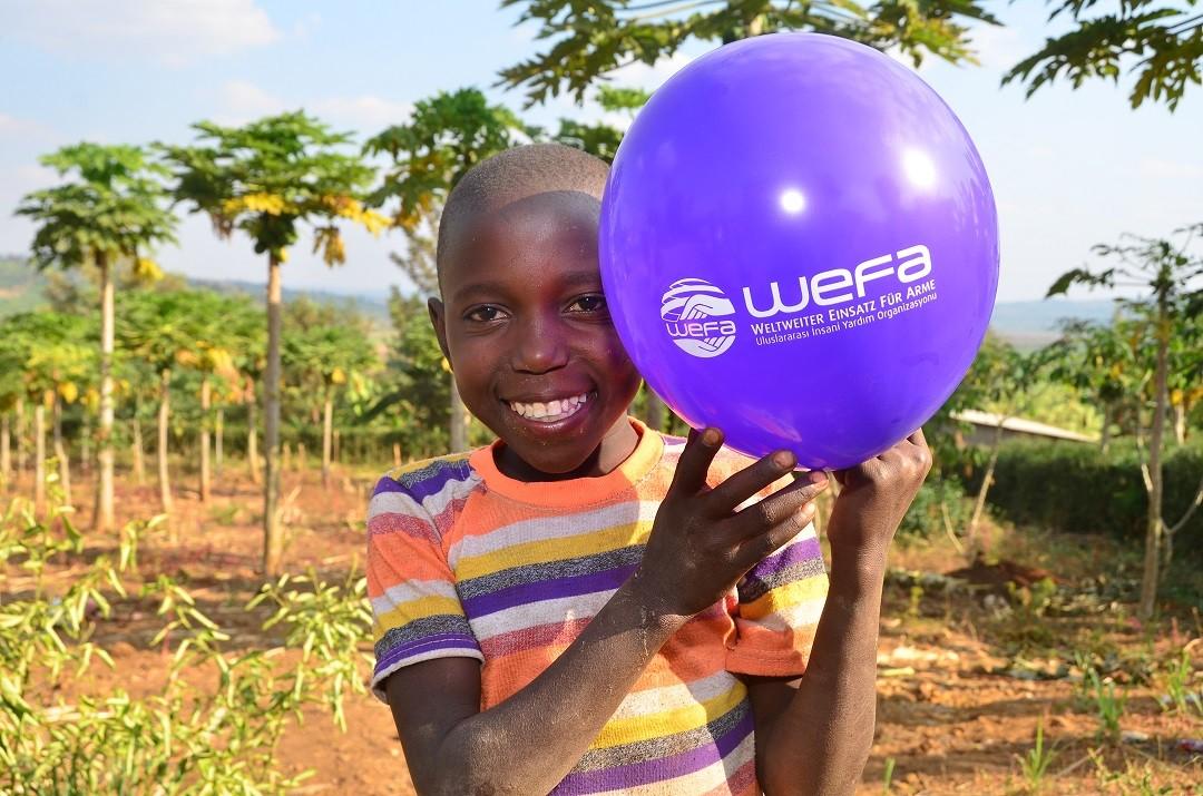 WEFA olarak kimsesiz çocuklara yardım etmek için dünyanın çeşitli bölgelerinde yetimhaneler açmaktayız.